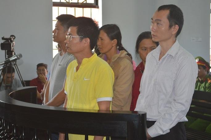 Bị cáo Trần Minh Lợi (đeo kính) tại phiên tòa ngày 23-3. Ảnh: Cao Nguyên