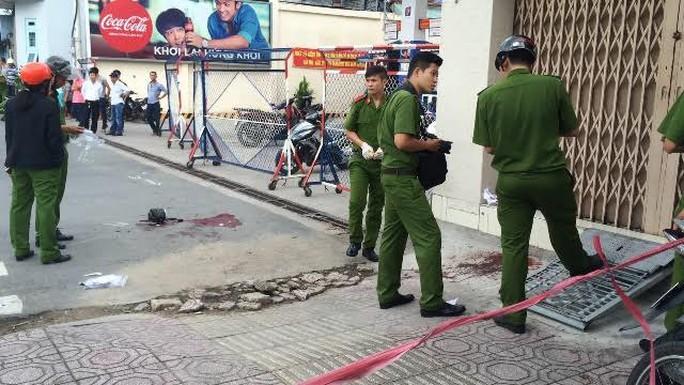Hai thanh niên đâm nhau trên đường phố TP HCM - Ảnh 2.