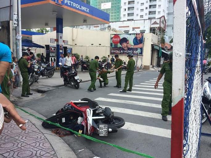 Hai thanh niên đâm nhau trên đường phố TP HCM - Ảnh 1.