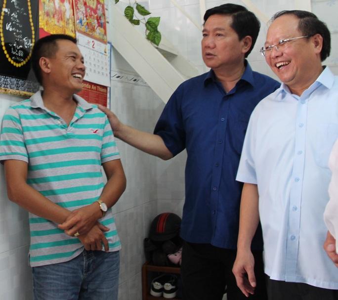 Bí thư Thành ủy TP HCM Đinh La Thăng (thứ hai, từ phải sang) hỏi thăm công nhân mua nhà ở xã hội giá 100 triệu đồng ở tỉnh Bình Dương
