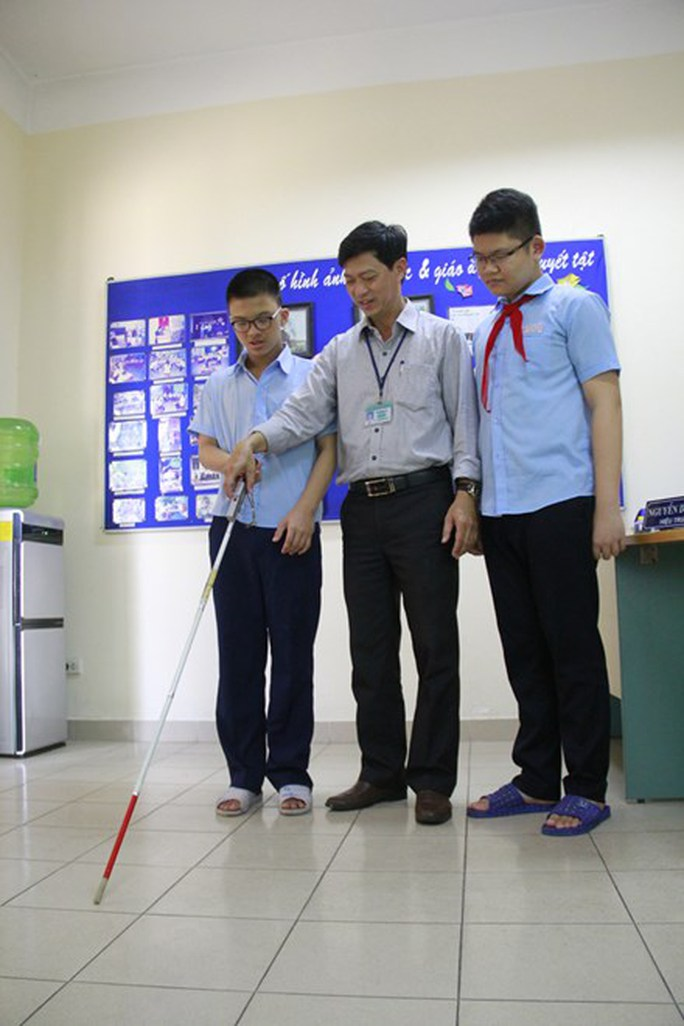 Thầy Quy sáng chế ra cây gậy dò đường hỗ trợ người khiếm thị khi tham gia giao thông.