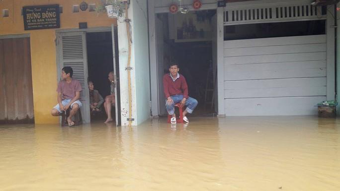 Miền Trung: Nhiều nơi còn ngập chìm trong nước, cô lập - Ảnh 16.
