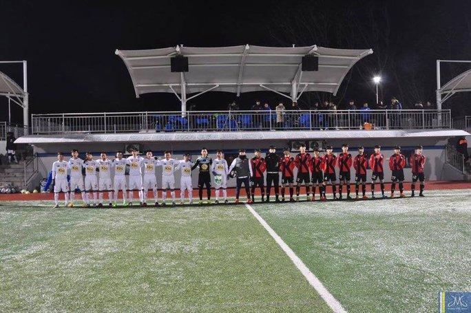 Có thể thấy thể hình các cầu thủ khóa 3 học viện HAGL Arsenal JMG (trái) không kém cạnh so với các bạn đồng trang lứa của Hàn Quốc