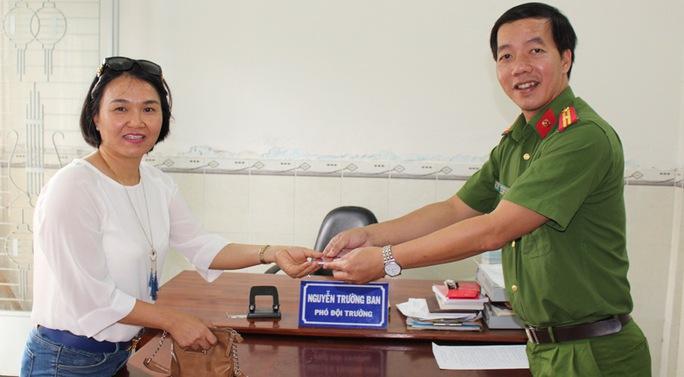 Chị Hà vô cùng cảm kích khi nhận lại được chiếc ví với nhiều tài sản có giá trị từ tay thiếu tá Đông.
