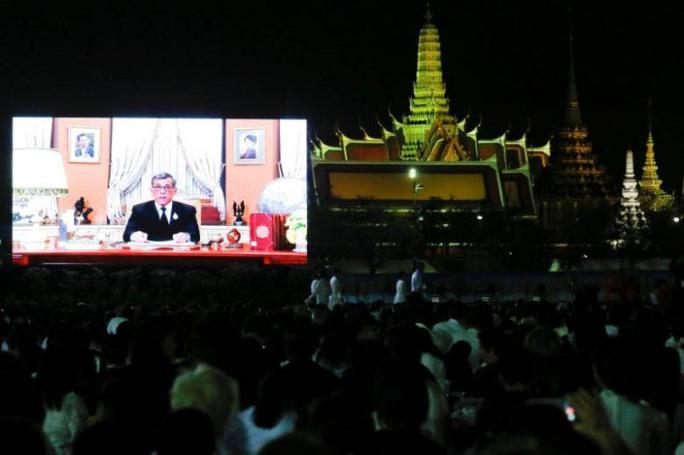 Người dân Thái Lan xem thông điệp năm mới của Quốc vương Maha Vajiralongkorn tại thủ đô Bangkok hôm 31-12-2016 Ảnh: Reuters