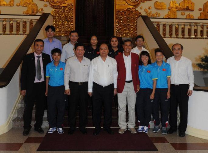 Thủ tướng khen ngợi đội tuyển bóng đá nữ - Ảnh 1.