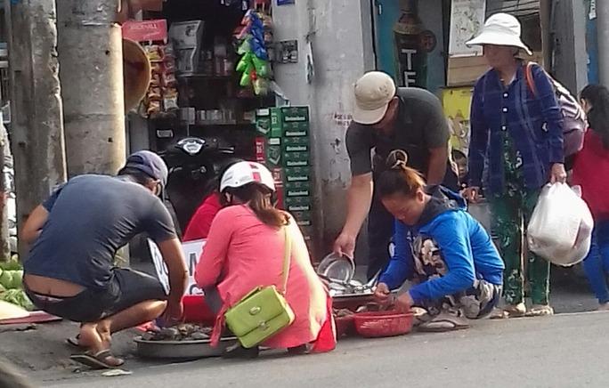 Mối lo thực phẩm bẩn từ các chợ tạm phục vụ công nhân - Ảnh 1.