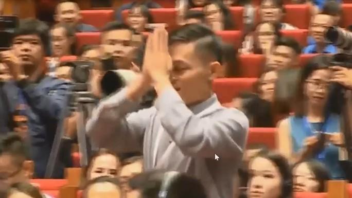 Chàng trai Việt khóc, lạy Jack Ma: Fan cuồng hay sự nhục nhã? - Ảnh 1.