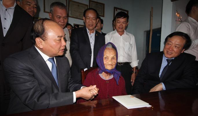 Thủ tướng Nguyễn Xuân Phúc thăm Mẹ Việt Nam Anh hùng Nguyễn Thị Hân