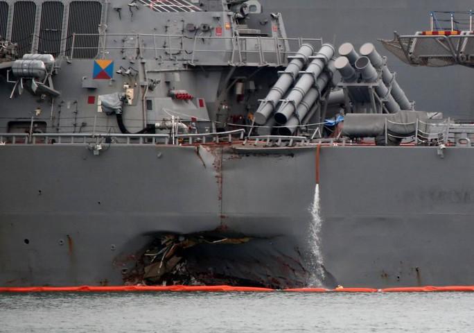 Tìm thấy thi thể 10 thủy thủ trong vụ va chạm tàu chiến Mỹ - Ảnh 2.