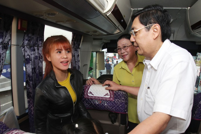 Ông Trần Thế Lưu, Trưởng ban Nội chính Thành ủy TP HCM và bà Nguyễn Thị Bích Thủy lên xe chúc Tết công nhân Ảnh: HOÀNG TRIỀU