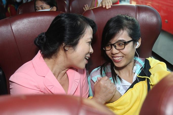 Bà Trần Kim Yến (trái), Chủ tịch LĐLĐ TP, thăm hỏi công nhân Ảnh: HOÀNG TRIỀU