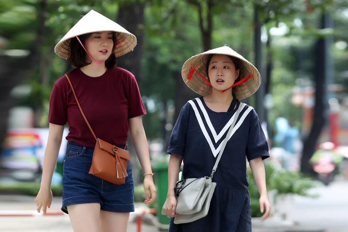 ... ngoài ra, nón lá Việt Nam cũng là một sự lựa chọn cho du khách vào mùa nóng.