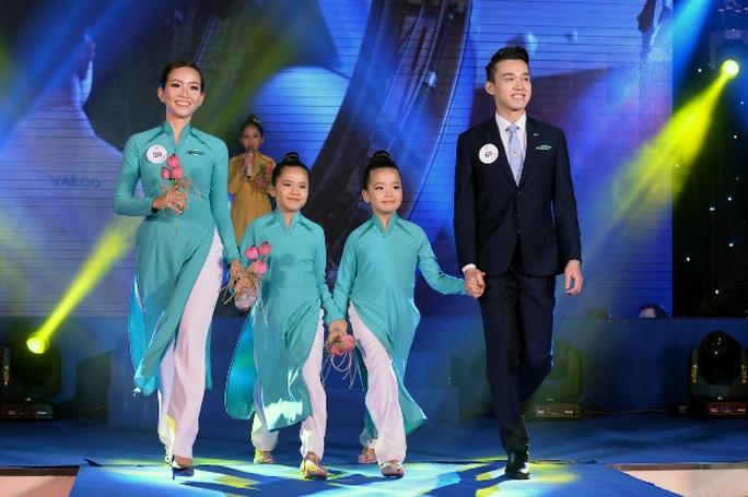 Tiếp viên Vietnam Airlines catwalk cực chuẩn trong cuộc thi tài sắc - Ảnh 2.