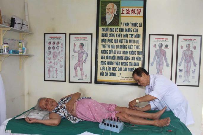 Bác sĩ Lê Văn Thi điều trị cho một bệnh nhân cao tuổi