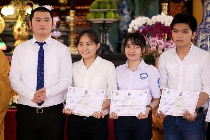 Trao 28 suất học bổng cho sinh viên Trường ĐH Y Dược TP HCM - Ảnh 1.