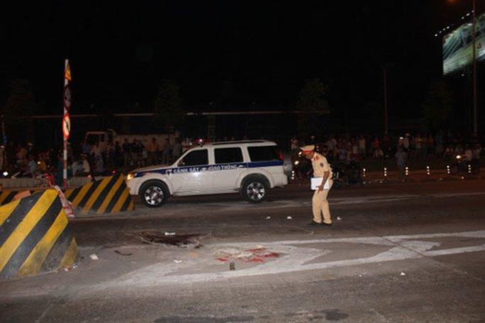 Lực lượng chức năng khám nghiệm hiện trường vụ thiếu tá CSGT Lê Quang Minh bị xe tải cán tử vong