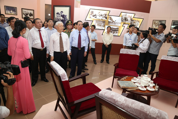 Tổng Bí thư Nguyễn Phú Trọng cùng đoàn công tác của trung ương thăm Khu Lưu niệm Tổng Bí thư Lê Duẩn. ( Ảnh: Hà Phong)