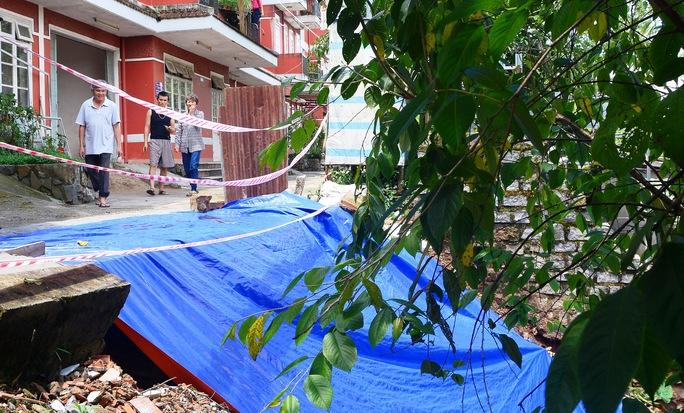 Taluy tại chung cư Đỏ ở đường Khe Sanh, TP Đà Lạt bị sạt lở nghiêm trọng do mưa lớn