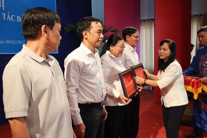 Bà Trần Kim Yến, Bí thư Đảng ủy cơ quan LĐLĐ TP HCM, trao biểu trưng cho các đảng viên tròn 30 năm tuổi Đảng
