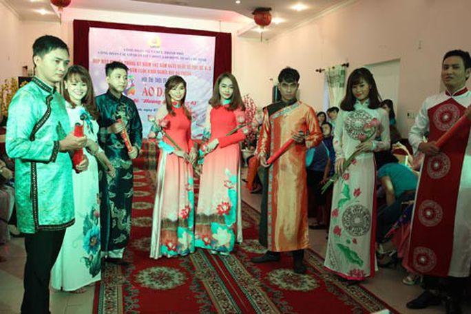 Các thí sinh trong phần trình diễn thời trang áo dài