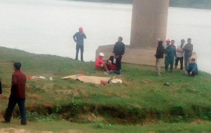 Hiện trường nơi 2 nạn nhân vụ tai nạn rơi từ trên cầu xuống đất tử vong tại chỗ
