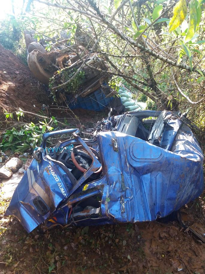 Một xe tải bị hư hỏng nặng trong vụ tai nạn liên hoàn
