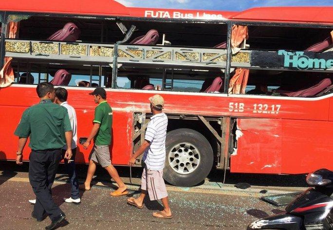 Hình ảnh mới nhất tại hiện trường, 2 xe khách hư hỏng nặng, rất nhiều người bị thương.
