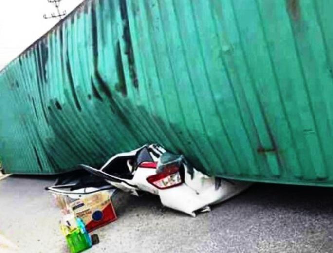 Chiếc xe ô tô con bẹp nát, theo thông tin ban đầu ít nhất đã có 2 người chết