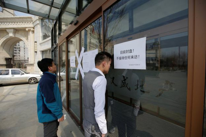 Các văn phòng mua bán nhà đất ở Hùng An treo bảng đóng cửa Ảnh: REUTERS