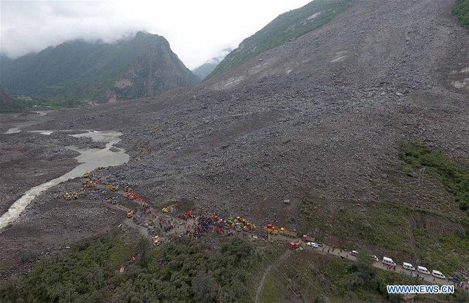 Lở đất dữ dội ở Trung Quốc - Ảnh 8.