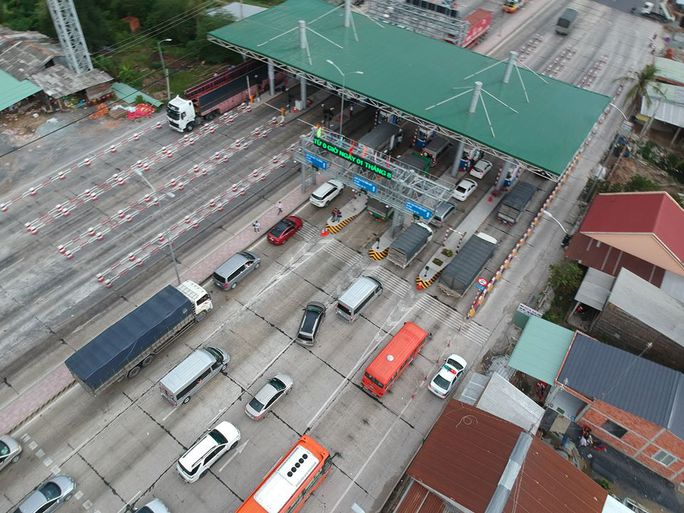 Kẹt xe dài 1 km, trạm thu phí Cai Lậy xả trạm - Ảnh 4.