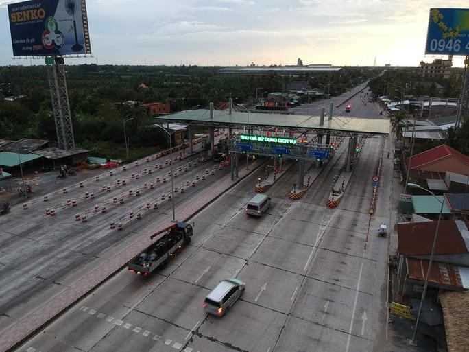 Kẹt xe dài 1 km, trạm thu phí Cai Lậy xả trạm - Ảnh 11.