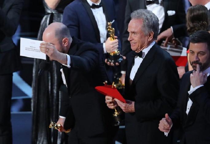 Ban tổ chức Oscar 89 cố tình chơi chiêu khi có đến 2 bì thư ghi tên hạng mục Nữ diễn viên xuất sắc nhất