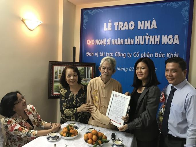 Vợ chồng NSND Huỳnh Nga nhận quyết định tặng nhà từ đơn vị tài trợ