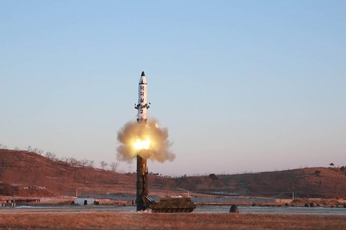 Ảnh chụp vụ phóng tên lửa Pukguksong-2 được hãng thông tấn KCNA công bố hôm 13-2 Ảnh: Reuters