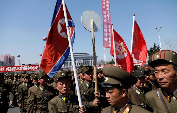 Binh sĩ Triều Tiên tham quan một khu dân cư mới được xây dựng ở Bình Nhưỡng hôm 13-4 Ảnh: REUTERS