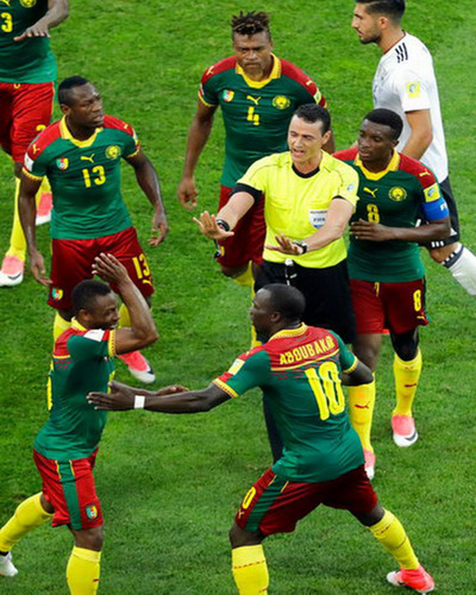 Trọng tài đuổi nhầm người hi hữu, Đức loại Cameroon - Ảnh 7.
