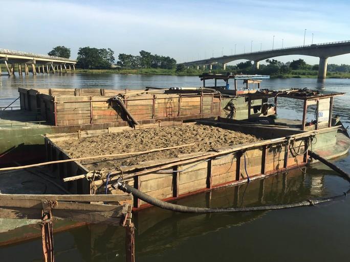 Bắt giữ hai ghe hút cát lậu trên sông Thu Bồn - Ảnh 1.