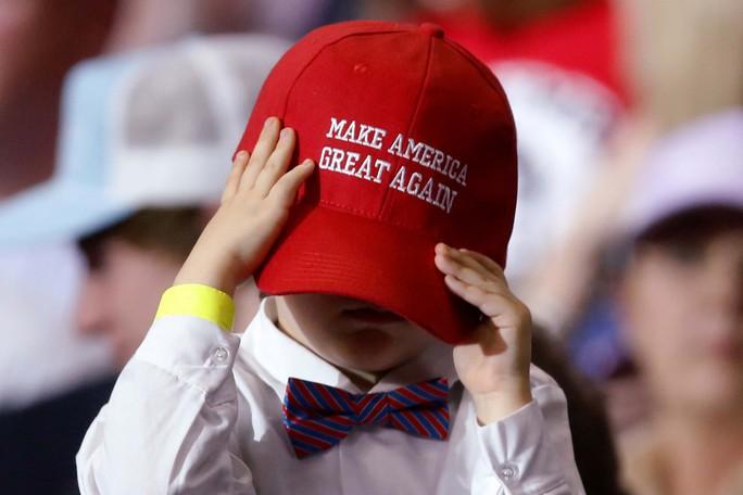 Một cậu bé sự kiện tiếp xúc người ủng hộ của Tổng thống Donald Trump tại TP Louisville, bang Kentucky – Mỹ hôm 20-3 Ảnh: REUTERS