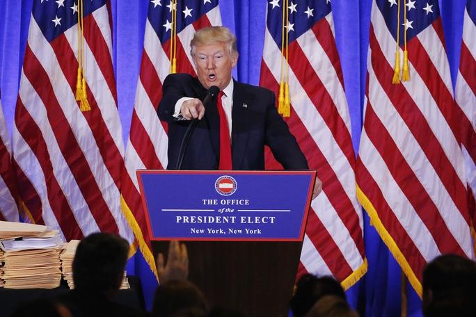 Ông Trump không cho phóng viên CNN đặt câu hỏi trong cuộc họp báo Ảnh: REUTERS