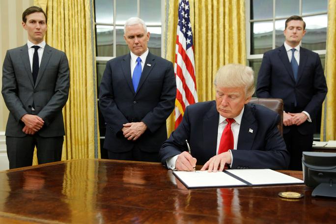 Tổng thống Mỹ Donald Trump ký các sắc lệnh hành pháp đầu tiên hôm 20-1Ảnh: Reuters