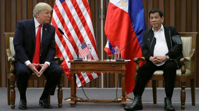 Tổng thống Mỹ Donald Trump lúng túng khi bắt tay chéo - Ảnh 4.