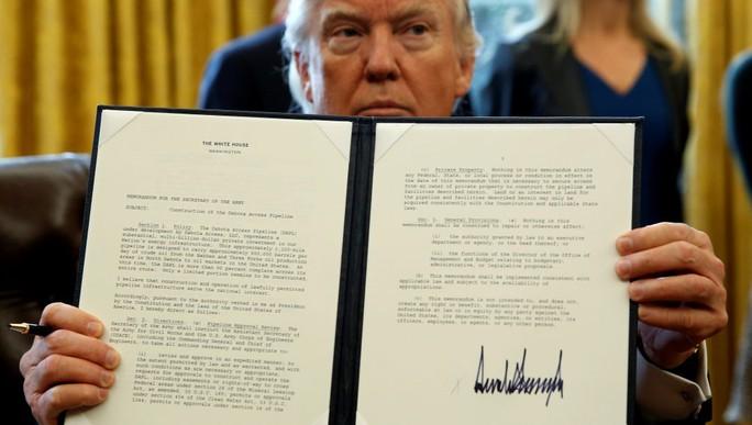 Ông Trump và sắc lệnh thông qua dự án xây dựng hai đường ống dẫn dầu Keystone XL và Dakota Access. Ảnh: REUTERS