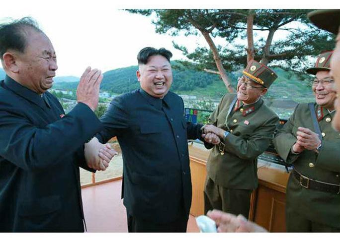 Triều Tiên nói vụ thử tên lửa mới thành công - Ảnh 10.