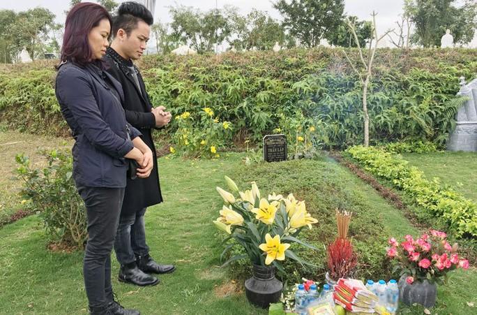 Ca sĩ Tùng Dương và vợ nhạc sĩ Trần Lập viếng mộ nhạc sĩ ngày 23-2