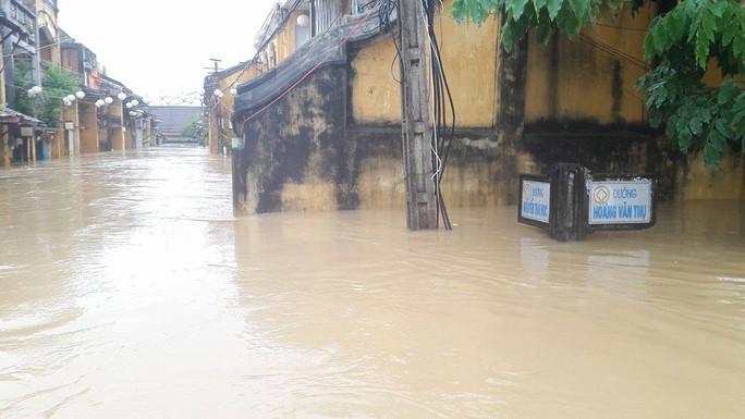 Miền Trung: Nhiều nơi còn ngập chìm trong nước, cô lập - Ảnh 17.