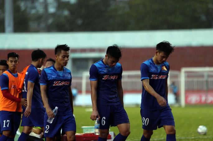 Cơn mưa lớn khiến các tuyển thủ phải vội vào sân khi tập hơn 60 phút