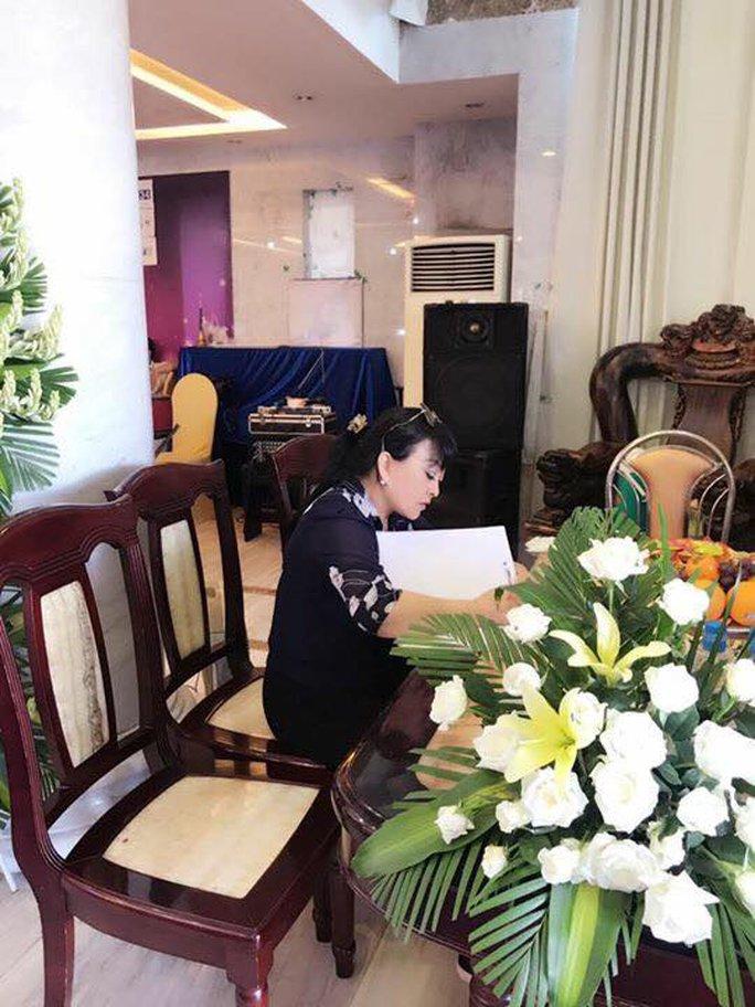 Ca sĩ Hương Lan khóc nhà thơ Ngọc Bích - Ảnh 4.