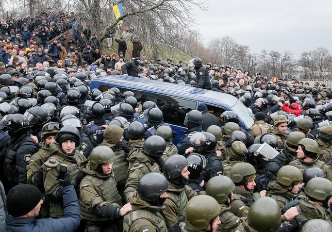 Chiếc xe cảnh sát bắt ông Saakashvili dù dược cảnh sát canh giữ nhưng vẫn bị vây kín